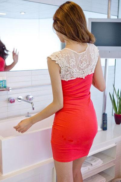 Фото белое платье с красным кружевом