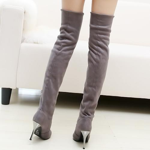 Deslizamiento del dedo del pie de la manera del invierno en el ante gris del tacón alto del stiletto sobre las botas del cavalier de la rodilla