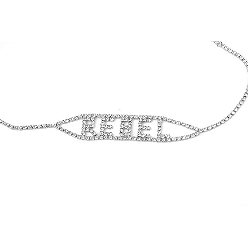 La manera pone letras al collar decorativo del metal de la plata